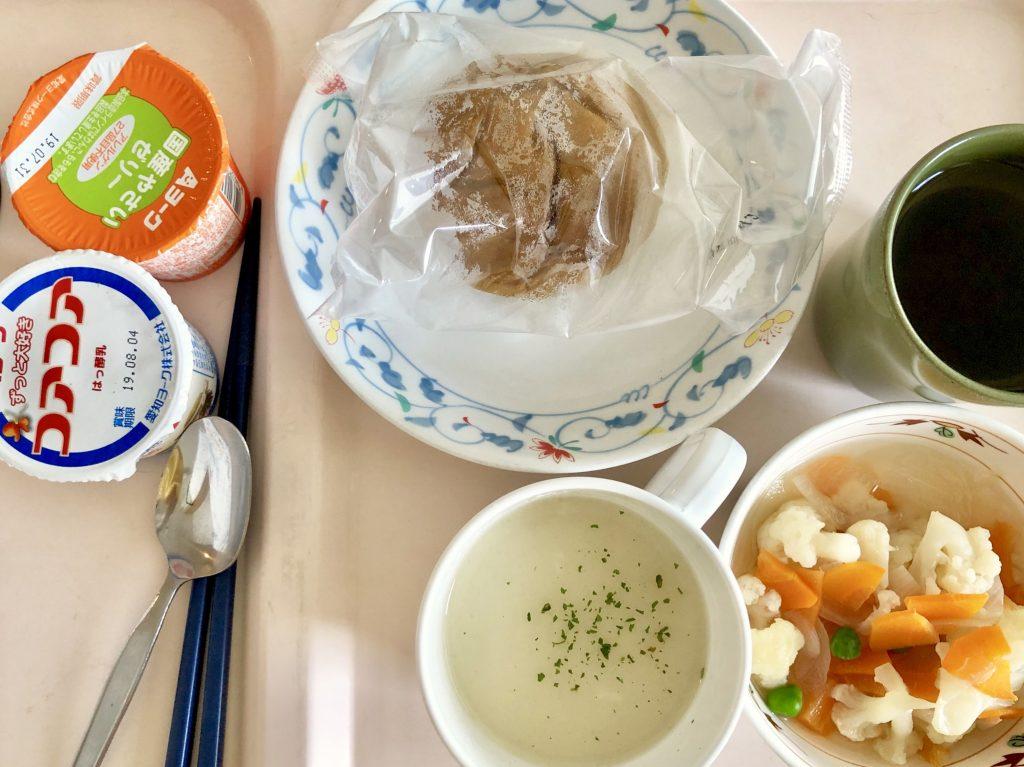 今日の朝ごはんはヨモギパンとジャガイモスープとヨーグルトとゼリー